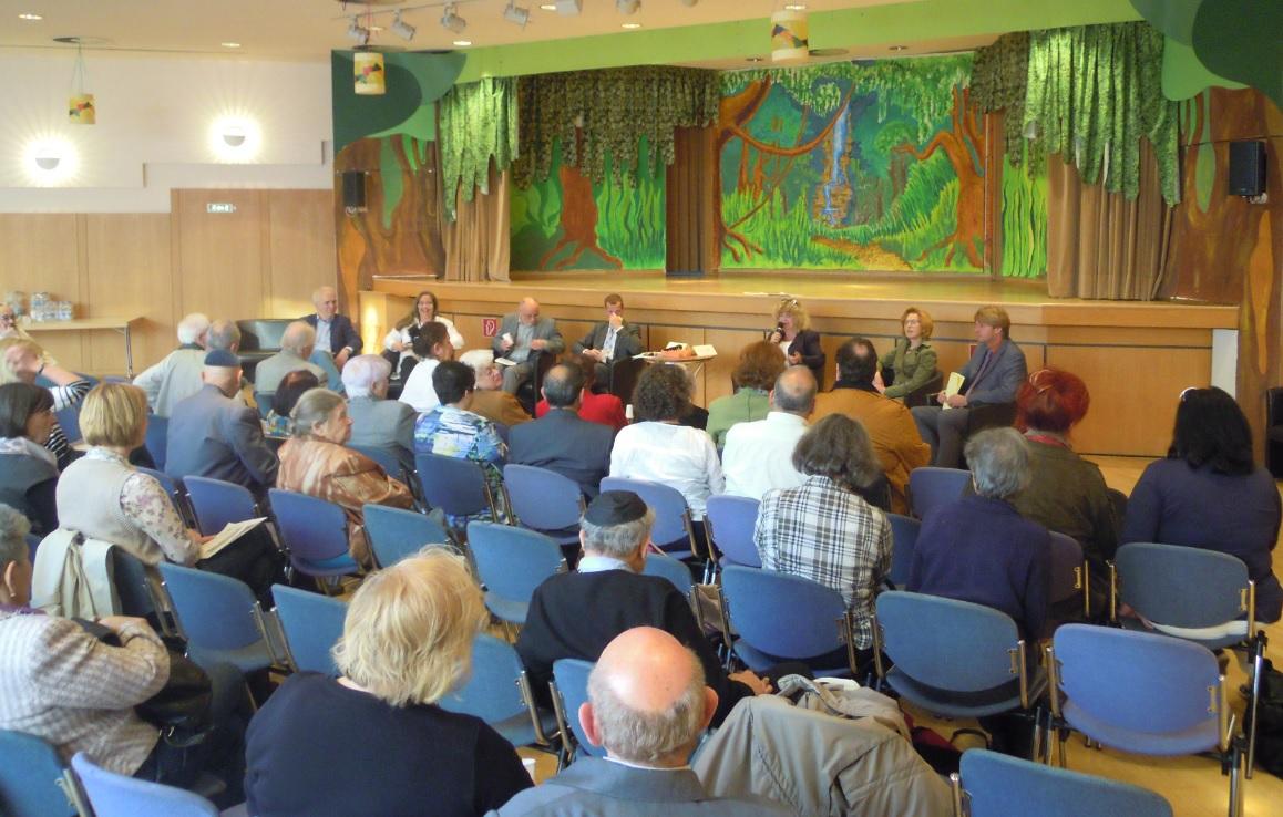 Auf dem Podium: Bernd Klingler (FDP), Silvia Fischer (B'90 / Die Grünen), Barbara Traub M.A. (IRGW, Moderation), Alexander Kotz (CDU), Hans-Peter Ehrlich (SPD), Anna Kedziora (Freie Wähler) und Paul Russmann (SÖS / LINKE) (v.r.n.l.)