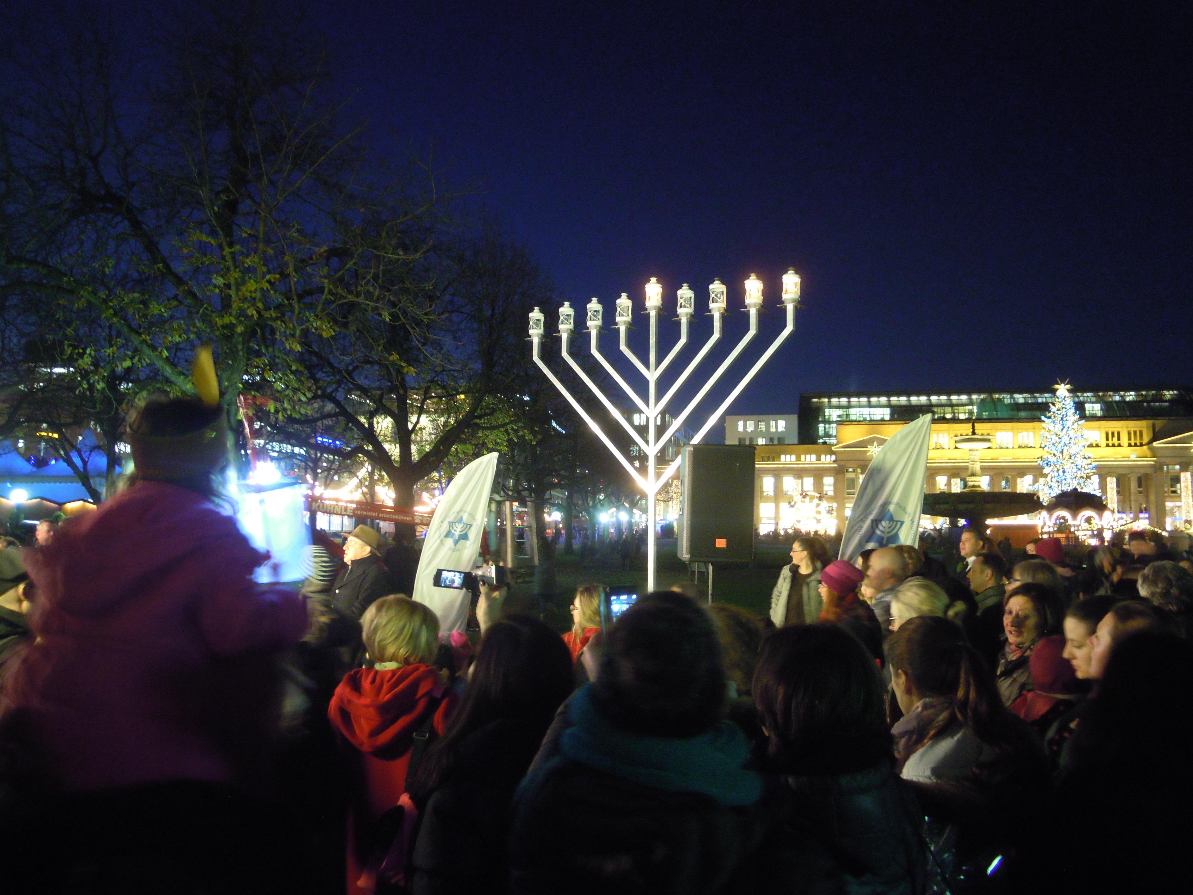 Entzünden der Chanukka-Lichter in Stuttgart am 07.12.2015